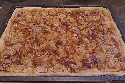 Hefeteig-Apfelkuchen mit Mandelkruste 3