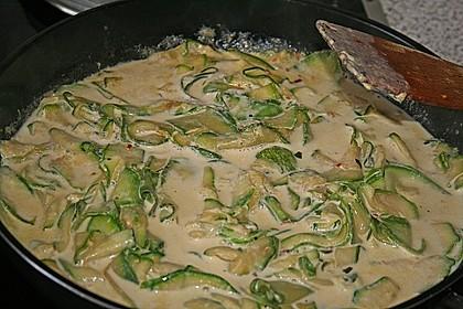 Bandnudeln in pikanter Soße mit Zucchinistreifen 11