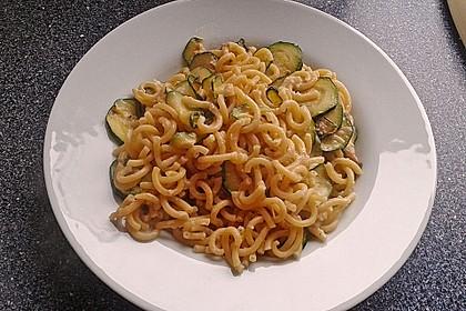 Bandnudeln in pikanter Soße mit Zucchinistreifen 5