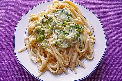 Bandnudeln in pikanter Soße mit Zucchinistreifen 1