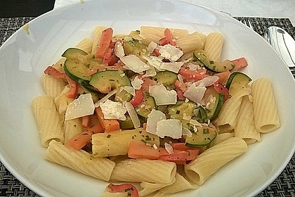 Bandnudeln in pikanter Soße mit Zucchinistreifen 10