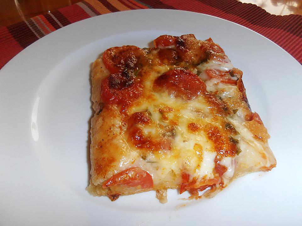 pizza mit tomaten basilikum mozzarella und parmesan rezept mit bild. Black Bedroom Furniture Sets. Home Design Ideas