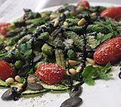Zucchinicarpaccio mit Spargel und Tomaten