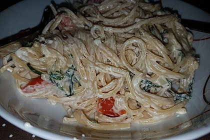 Pasta mit Bärlauch-Frischkäse-Soße und Cocktailtomaten 42