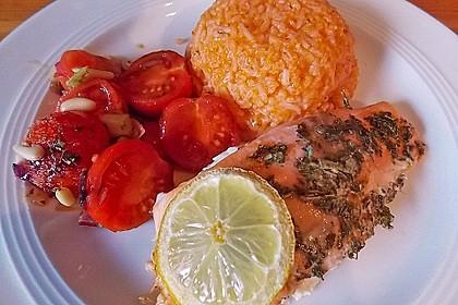 Lachs an warmem Tomatensalat und Pestoreis