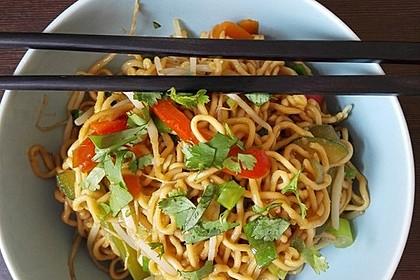 Asiatische Mie-Nudeln mit Gemüse, gebraten