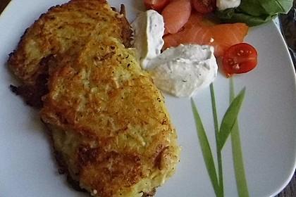 Räucherlachs auf Meerrettich-Schmand und Kartoffelpuffern 8