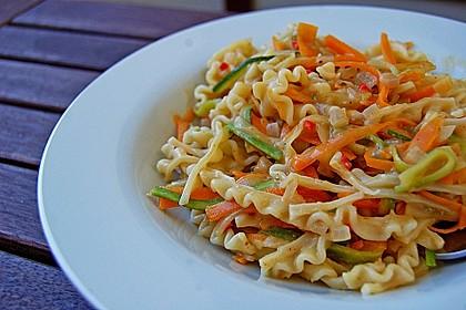Pasta mit Gemüsejulienne und Erdnusssoße 0