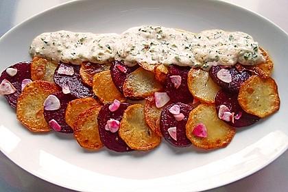 Gebratene Kartoffel- und Rote Bete-Scheiben mit Knoblauch an Petersilien-Schmand-Soße
