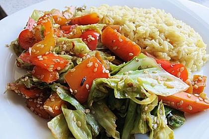 Wokgemüse mit Spitzkohl, Paprika und Möhren