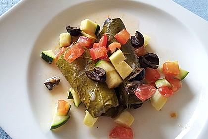 Weinblätter mit Fleischfüllung an Tomaten, Zucchini und Oliven