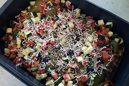 Weinblätter mit Fleischfüllung an Tomaten, Zucchini und Oliven 3