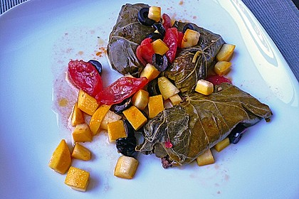 Weinblätter mit Fleischfüllung an Tomaten, Zucchini und Oliven 1