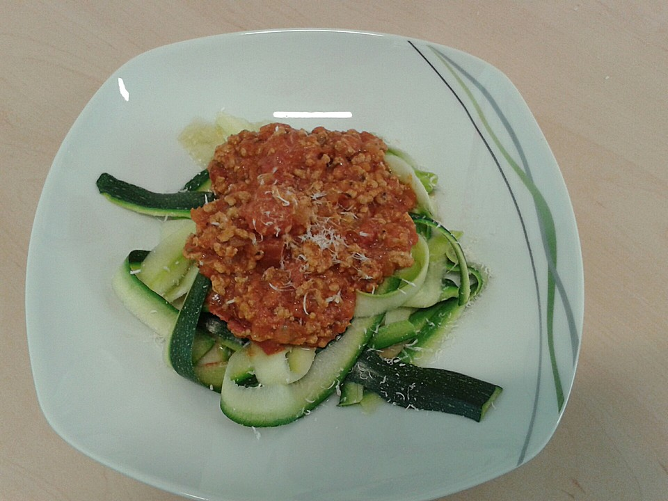 zucchini spaghetti mit bolognese. Black Bedroom Furniture Sets. Home Design Ideas