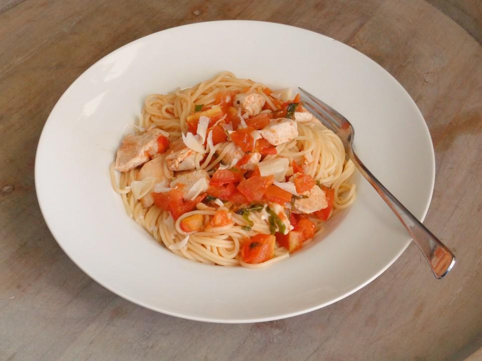 spaghetti mit h hnchenbrustfilet und kalter tomaten knoblauch basilikum so e von mcmoe. Black Bedroom Furniture Sets. Home Design Ideas