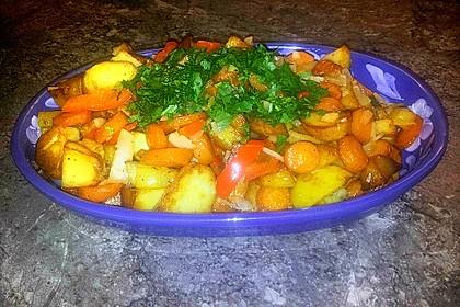 Gemüsepfanne mit Kartoffeln, Karotten, Lauch und Paprika