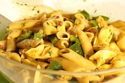Nudelsalat mit Balsamico-Kräuter-Obstessig Dressing ohne Mayo
