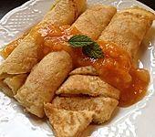 Gerollte Apfelpfannkuchen mit Birnenkompott