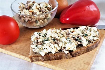 Brotaufstrich mit getrockneten Tomaten und Hüttenkäse (Bild)