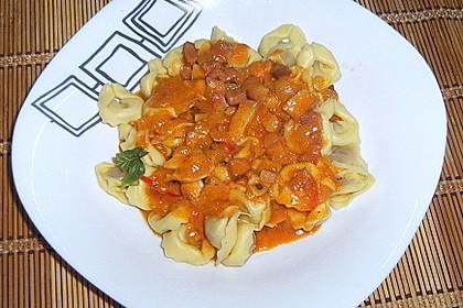 """Tomatensauce ähnlich wie """"Amatriciana alla Panna"""" - mit Speck, Zwiebel, Tomate und Sahne"""