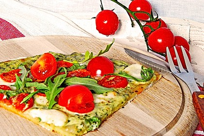 Flammkuchen mit Rucola, Pesto, Cherrytomaten und Mozzarella
