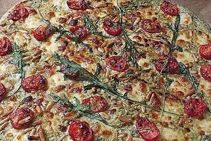 Flammkuchen mit Rucola, Pesto, Cherrytomaten und Mozzarella 13