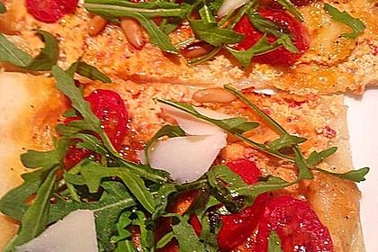 Flammkuchen mit Rucola, Pesto, Cherrytomaten und Mozzarella 7