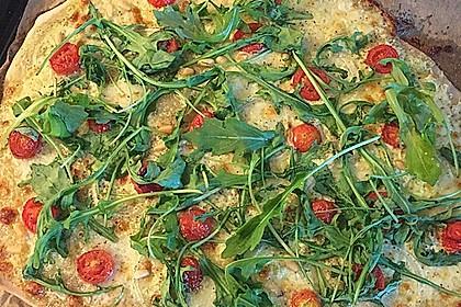 Flammkuchen mit Rucola, Pesto, Cherrytomaten und Mozzarella 4