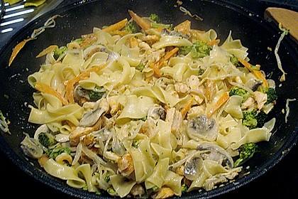 Lachs mit Tagliatelle und Gemüse aus dem Wok