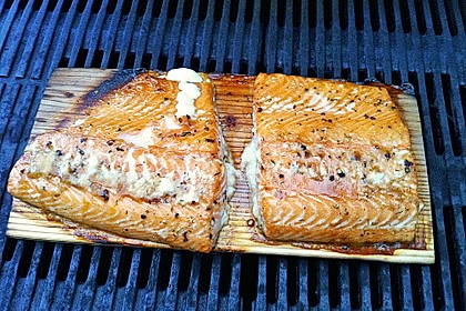 Marinierter Lachs auf der Planke gegrillt 4