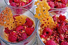 Himbeer-Orangen-Dessert mit Amarettini und rosa Pfefferbeeren