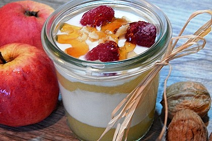Leichtes Schichtdessert mit Apfelmus und Joghurt