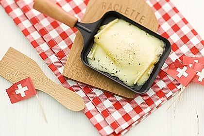 klassisches schweizer raclette mit zwiebelsalat rezept mit bild. Black Bedroom Furniture Sets. Home Design Ideas