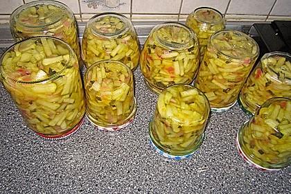 Eingelegter Zucchini-Gurkensalat