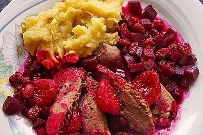 Gebratene Entenbrust mit Rote Bete-Aprikosen-Rosinen Chutney und Zwiebel-Kartoffelstampf