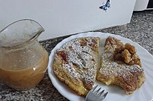 Plinsen bzw. Eierkuchen mit Holunderblüten, dazu Karamellsoße mit Walnüssen