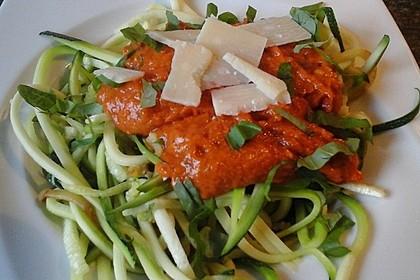 Rohkost Zucchini-Spaghetti mit rotem Pesto
