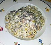 Grüne Bandnudeln mit frischen Champignons in einer Parmesan-Sahnesoße (Bild)