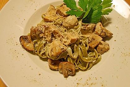 Grüne Bandnudeln mit frischen Champignons in einer Parmesan-Sahnesoße 1