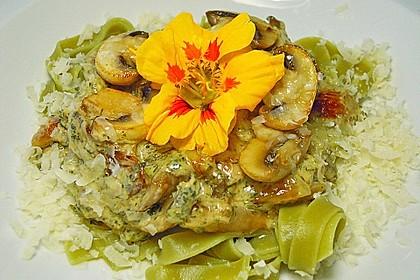 Grüne Bandnudeln mit frischen Champignons in einer Parmesan-Sahnesoße