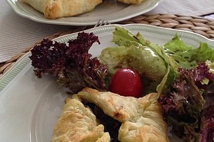 Gefüllte Blätterteig-Taschen mit Tomaten und Spinat 7