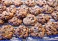 Amerikanische Chocolate Chip Cookies mit Rosinen, Pekannüssen und Mandeln
