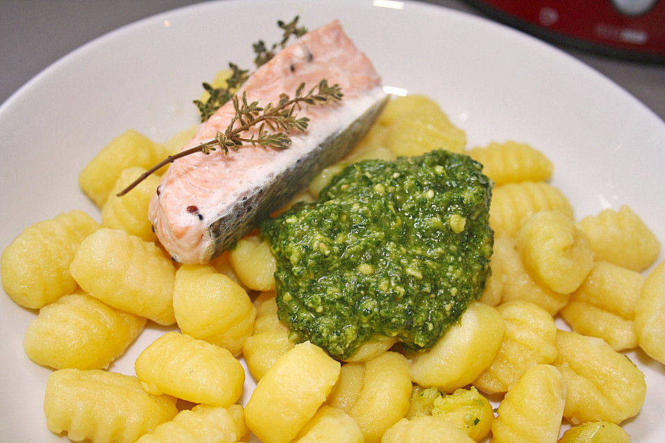 gnocchi mit pesto an lachs im microgourmet von something. Black Bedroom Furniture Sets. Home Design Ideas