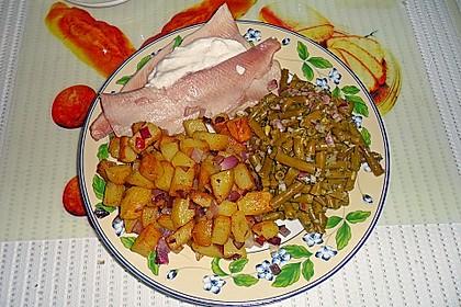 Bratkartoffeln mit Bohnensalat und geräucherte Forelle mit Sahnemeerrettich