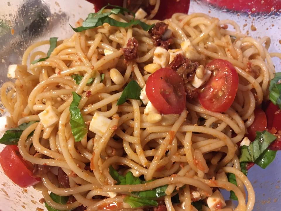 spaghettisalat mit pesto und mozzarella von tillynilson. Black Bedroom Furniture Sets. Home Design Ideas