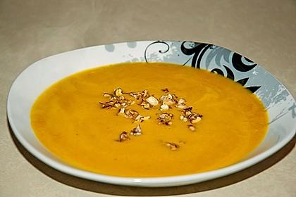 Kürbissuppe mit Ingwer, Zimt und Walnüssen