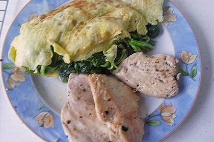 Frischer Blattspinat im Omelette mit Hähnchen