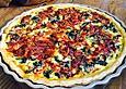 Quiche mit Spinat, Schafkäse, getrockneten Tomaten und Pinienkernen