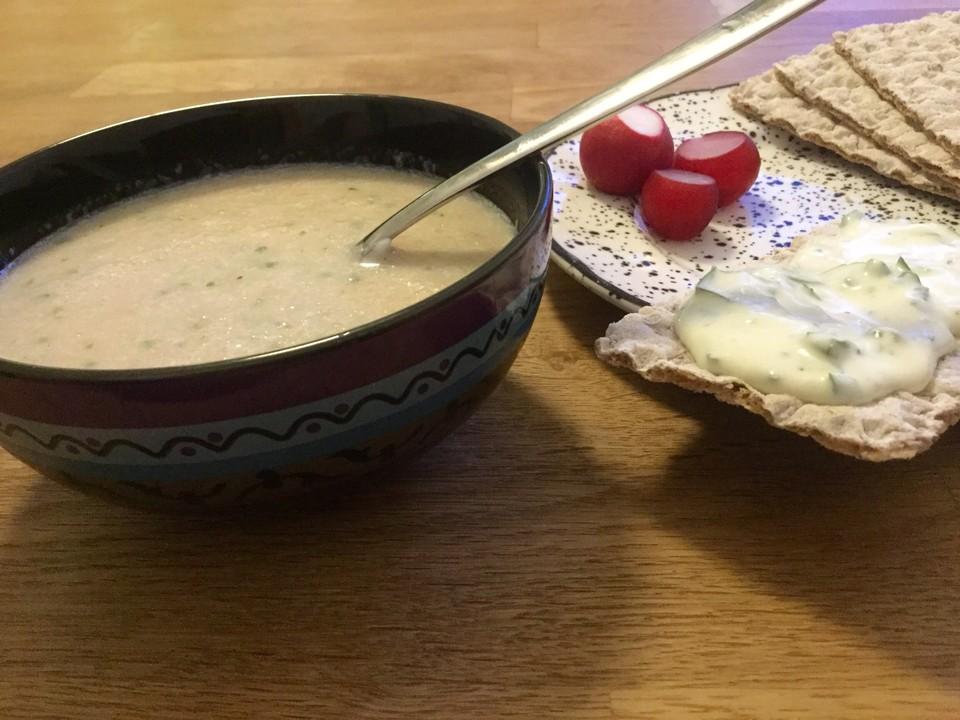 kalte gurken radieschen suppe und dinkelbrot mit kr uterquark rezept mit bild. Black Bedroom Furniture Sets. Home Design Ideas