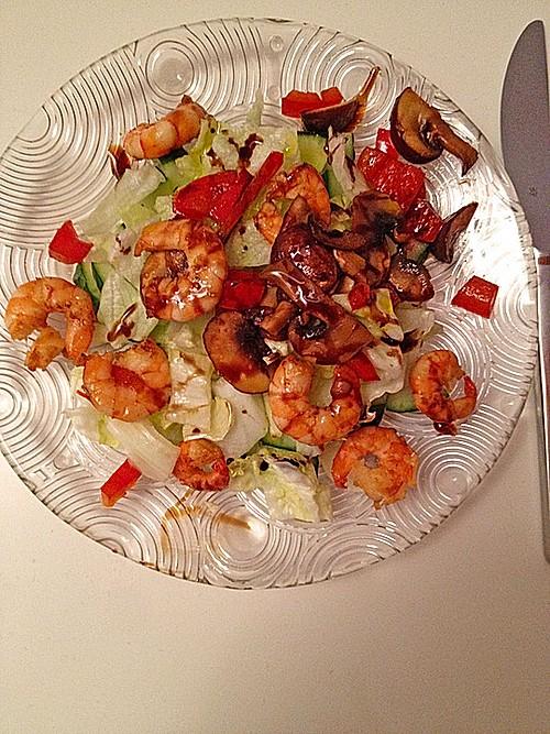 salat mit angebratenen shrimps champignons und paprika rezept mit bild. Black Bedroom Furniture Sets. Home Design Ideas